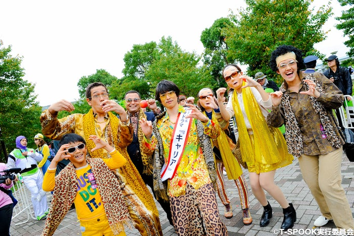 ピコ太郎、白洲迅(中央)、ピコ太郎仮装の人々 (C)T-SPOOK実行委員会