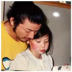 """モデルプレス - 浅野忠信、娘SUMIREが幼い頃の""""教育パパ""""ショット「素敵すぎる」とファンため息"""