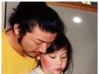 """浅野忠信、娘SUMIREが幼い頃の""""教育パパ""""ショット「素敵すぎる」とファンため息"""