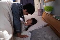 松山ケンイチ、深田恭子/「隣の家族は青く見える」第1話より(C)フジテレビ