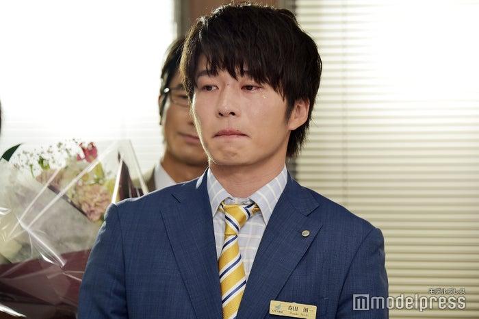 泣き顔で吉田鋼太郎の言葉を噛みしめる田中圭。(C)モデルプレス