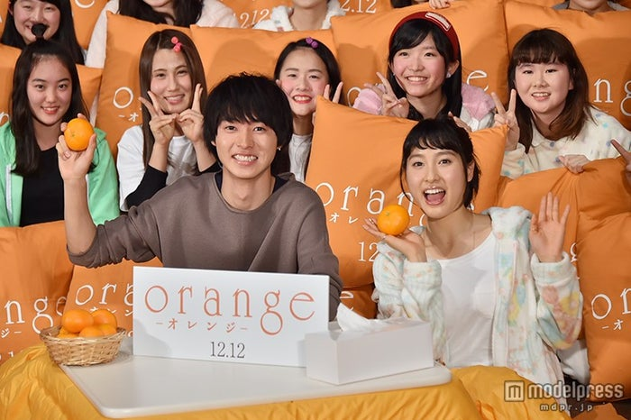 映画『orange -オレンジ-』の「こたつ de オレンジ」試写会で舞台あいさつを行った(左から)山崎賢人、土屋太鳳【モデルプレス】