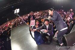 藤本美貴&パンサー、ランウェイから観客と自撮りで「GBS」開幕<モデルプレスステージ>