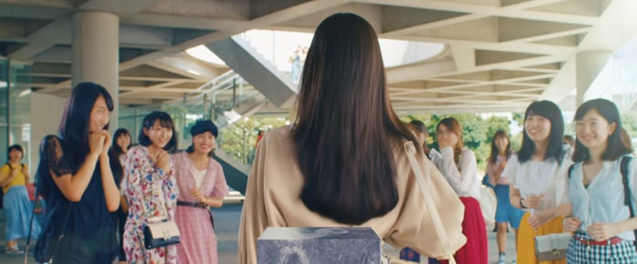 """""""後ろ髪""""の乱れ、気づいてる?驚きの動画公開で大人女子のヘア意識が明らかに/LUXのキャンペーン動画「Amazing Performance」より"""