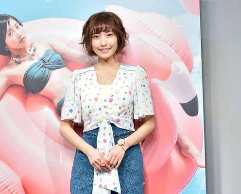 佐野ひなこ、エアリーショート&美脚魅せで花柄コーデを大人可愛く<ファッションチェック>