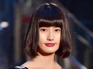 橋本愛、ブラックドレスで大人の色気 レッドカーペットで観客魅了