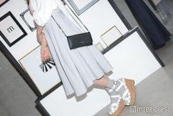 スカートで女性らしさをプラスし、チェーンバッグで抜け感を(C)モデルプレス