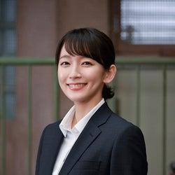 吉岡里帆、初の刑事役で「時効警察」に参戦