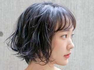 黒髪×ウェーブで大人の魅力を引き出す。人気のパーマスタイルをまとめました