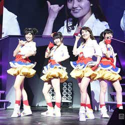 大島優子が「Not yet」としてサプライズ登場し会場を沸かせた「AKB48リクエストアワーセットリストベスト1035 2015」2日目の様子/(左から)北原里英、横山由依、大島優子、指原莉乃(C)AKS