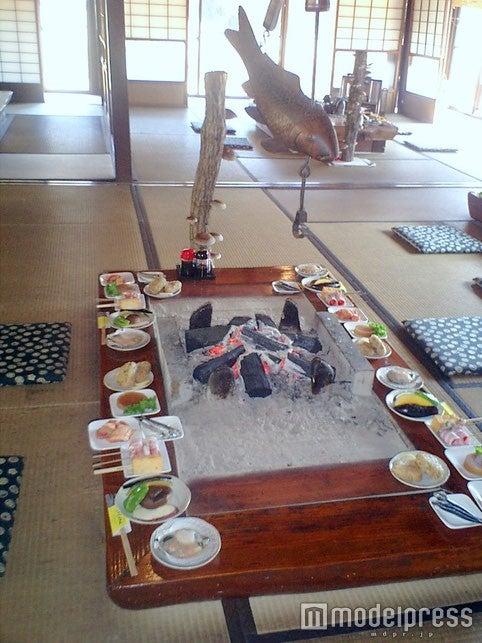 囲炉裏を囲んで食べる炭焼き料理/画像提供:やきやしんたく