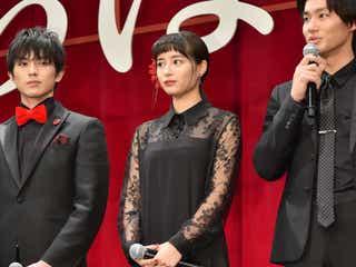 広瀬すず、黒×赤の大人カラーは肌見せですっきり<ファッションチェック>