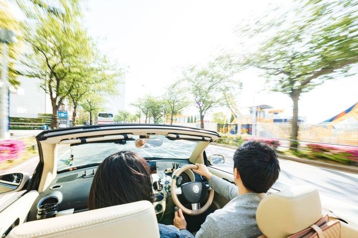 ドライブは仲良くなりやすいデートの一つ/Photo by ぱくたそ