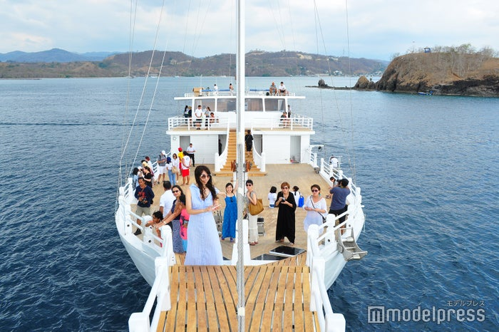 「AYANA Lako di'a」の船首にて(C)モデルプレス
