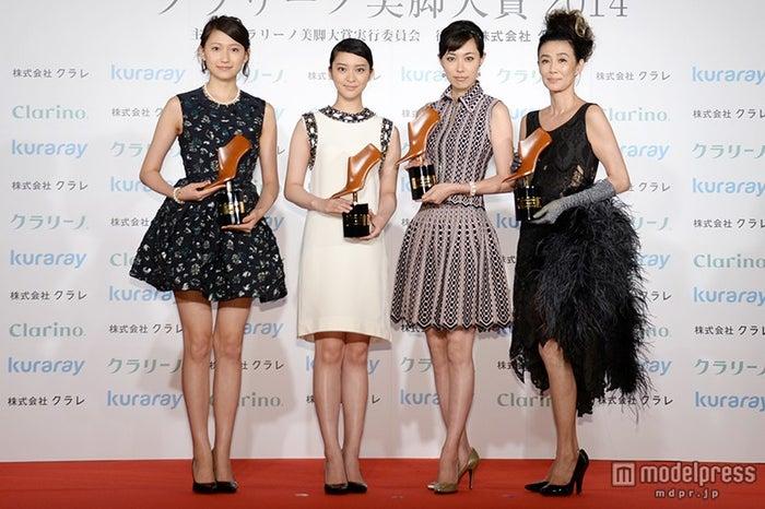「第12回 美脚大賞2014」を受賞した(左から)大野いと、武井咲、吹石一恵、萬田久子【モデルプレス】