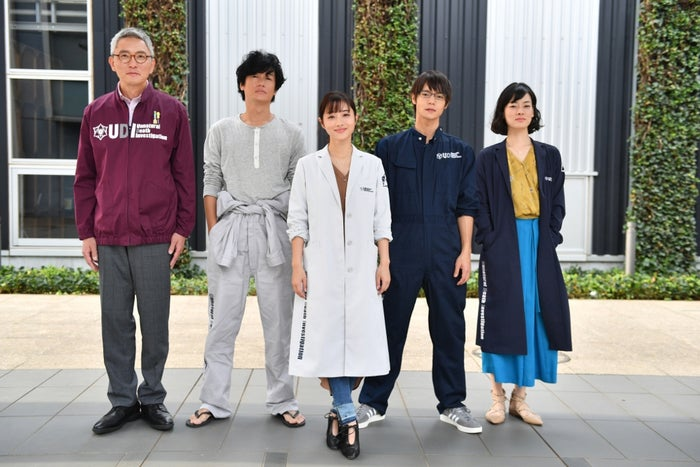 松重豊、井浦新、石原さとみ、窪田正孝、市川実日子/『アンナチュラル』より(C)TBS