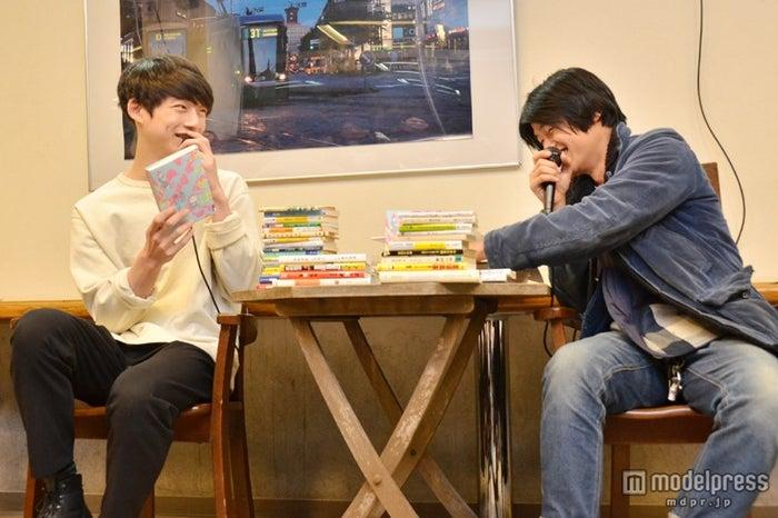 トークショー「メンノン君の課題図書 from MEN'S NON-NO」の様子(左より)坂口健太郎、伊賀大介氏