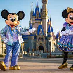 米ディズニー、50周年記念イベント開催 シンデレラ城など4つの建物が魅惑的な輝き放つ
