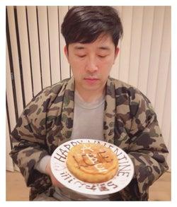 チーズケーキを見つめるあべこうじ/高橋愛オフィシャルブログ(Ameba)より