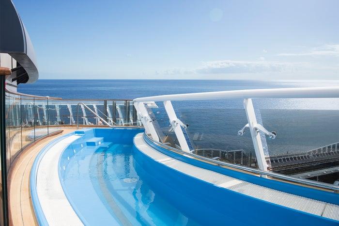 航路を眺められるプール/MSC Cruises S.A.