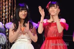 予選通過し喜ぶ山崎亜美瑠、坂本愛玲菜/「AKB48グループ歌唱力No.1決定戦」決勝大会 (C)モデルプレス