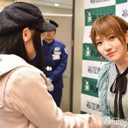 ファンと握手/岡田奈々(C)モデルプレス