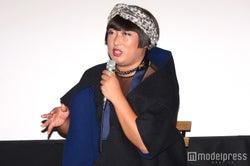 ロバート秋山竜次が扮するトータル・ファッション・アドバイザーのYOKO FUCHIGAMI(C)モデルプレス