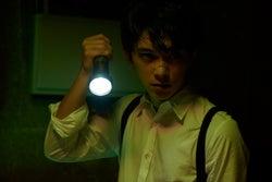 吉沢亮がブラッド・ピット「セブン」をオマージュ 映画12作品の世界に浸るカレンダー<未収録アザーカット>