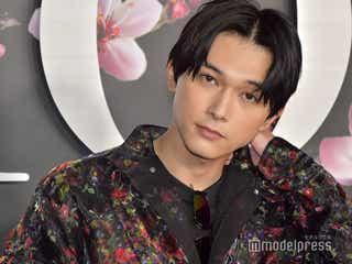 吉沢亮、花柄ブラックコーデで色気放つ<ディオール プレフォール メンズ コレクション>