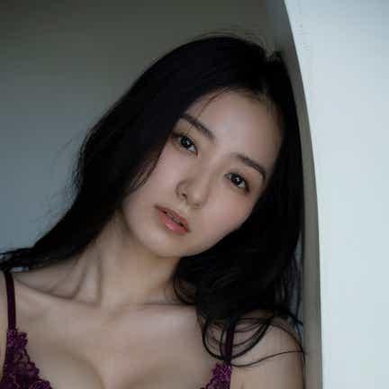 高田里穂、圧倒的美貌とボディで魅せる 11年ぶり撮り下ろしグラビア
