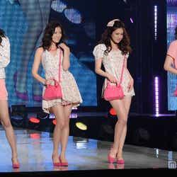 モデルプレス - E-girlsメンバーのフレッシュ美脚に視線集中 キュートなディズニーコーデで春先取り