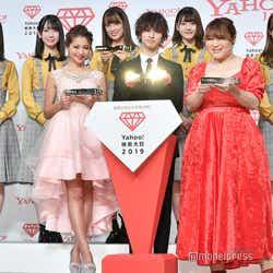 (後列左から)小坂菜緒、金村美玖、佐々木久美、佐々木美玲、加藤史帆(前列左から)ゆきぽよ、トロフィーを掲げてキラーンとさせてくれた横浜流星、りんごちゃん (C)モデルプレス
