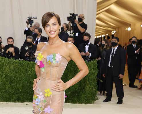 イリーナ・シェイク、花びら舞うネイキッドドレスで魅了。【METガラ2021】