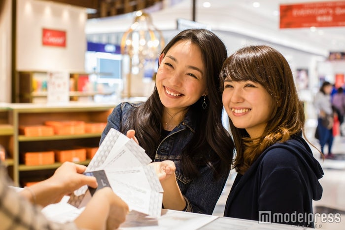 GIFT DESKで500円分の金券をゲット/モデル:比留川良子、百済友希(C)モデルプレス