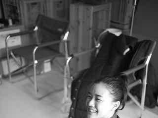 蒼井優の癒やし笑顔、女神のような深田恭子…瑛太に見せる自然な姿に胸キュン「ハロー張りネズミ」<オフショット連載その4>