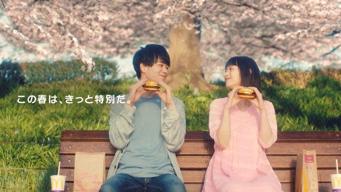 東ヨシアキ、夏子 「てりたま『桜の精』篇」より(画像提供:日本マクドナルド)