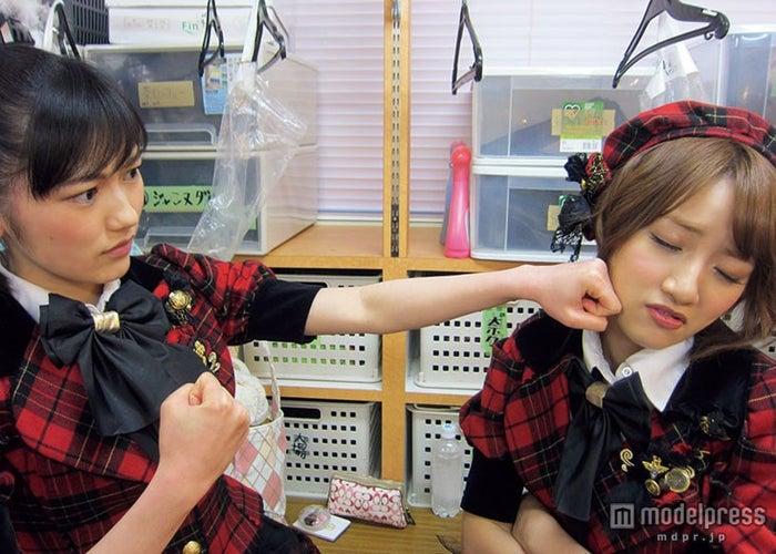 渡辺麻友と高橋みなみ/「AKB48 友撮 FINAL THE WHITE ALBUM」の誌面カット【モデルプレス】