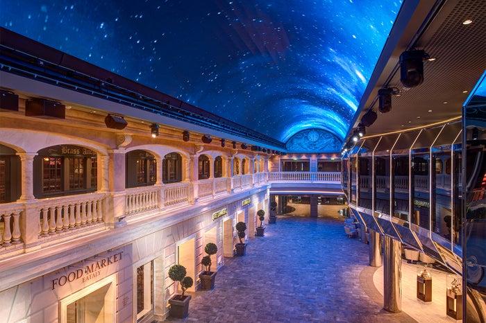 もはや街並みといっていいほどの船内、星空のライトアップもロマンチック/MSC Cruises S.A.