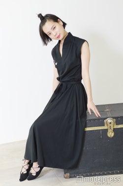 チョーカー:手作り/ワンピース:ヴィンテージ/シューズ:LEPSIM/斎藤有沙(C)モデルプレス