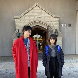 浜辺美波&岡田健史、全身2ショットにファン歓喜「身長さたまらん」「目が幸せ」<ウチの娘は、彼氏が出来ない!!>