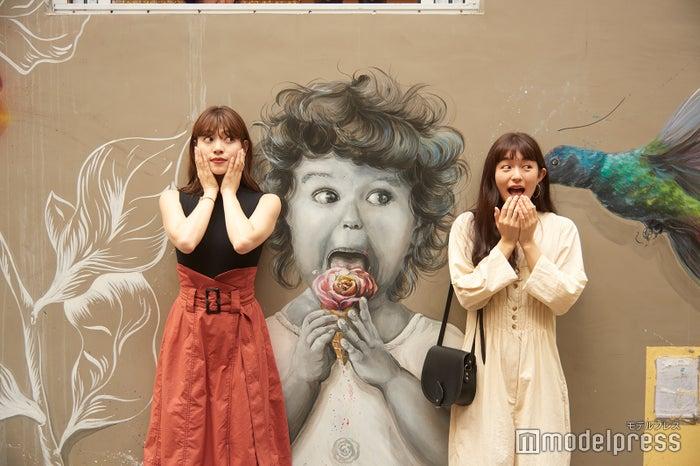 """香港""""オールド・タウン・セントラル""""の今に迫る!話題のウォールアートや人気スイーツ店も モデル:阿部朱梨、前坂美結(C)モデルプレス"""