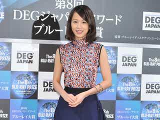 前田敦子、揺れるドレープスカートで美脚チラ見せ<ファッションチェック>