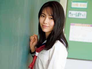 秋田汐梨、みずみずしい制服姿で魅せる