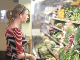 テイラー・スウィフト、スーパーで野菜を凝視