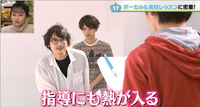山本タク氏(左)の演技指導も熱が入る/男子高生ミスターコンTVより(AbemaTV)