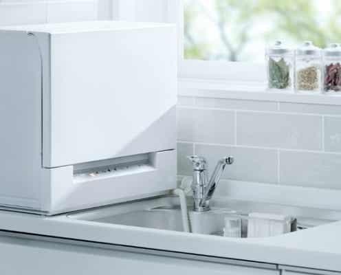 業界最薄、奥行約29cmのスリムな食洗機!シンク横のスペースにも設置OK。4人分の食器が入って、洗浄と同時に除菌もできる