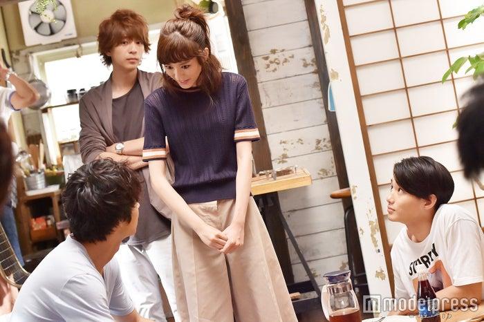 4人は柴崎家のリビングで初めて揃ったにも関わらず息ぴったりでした。(C)モデルプレス