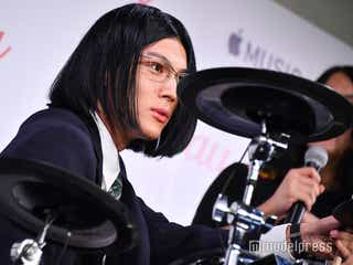 """中川大志、強烈キャラ""""細杉くん""""姿で登場「代表作と思ってます」 華麗なドラムパフォーマンス"""