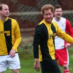 英ウィリアム王子と英ハリー王子、チャリティのサッカー試合に出場