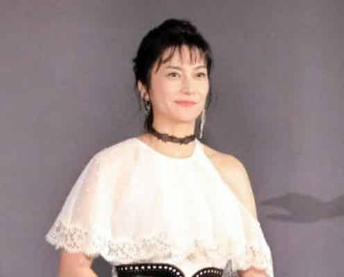 柴咲コウ 白い肩出しドレス姿で笑み「かなり触発されました」
